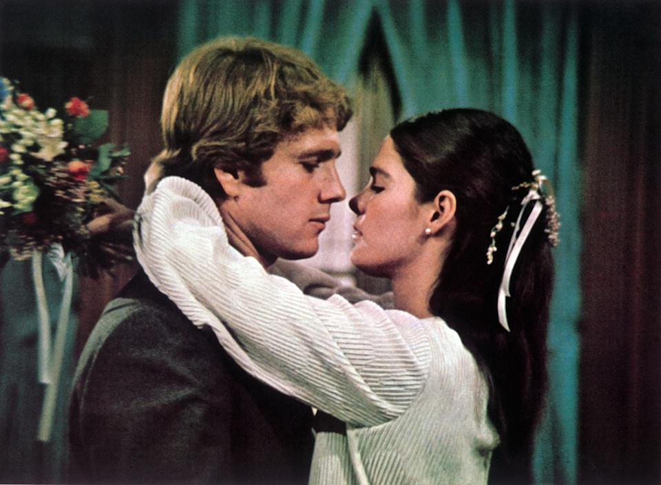 Kino. LOVE STORY USA, 1970 Arthur Hiller Oliver (RYAN O'NEAL) und Jennifer (ALI MACGRAW) als Brautpaar. Regie: Arthur Hiller / LOVE STORY USA, 1970. (Photo by FilmPublicityArchive/United Archives via Getty Images)
