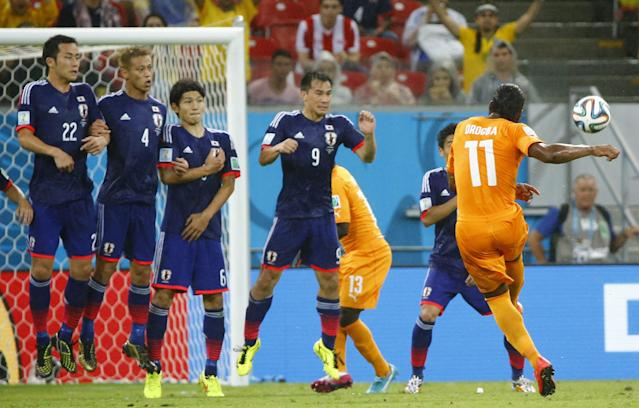 Ivory Coast's Didier Drogba (11) shoots a freekick during their 2014 World Cup Group C soccer match against Japan at the Pernambuco arena in Recife, June 14, 2014. REUTERS/Stefano Rellandini (BRAZIL - Tags: SOCCER SPORT WORLD CUP)