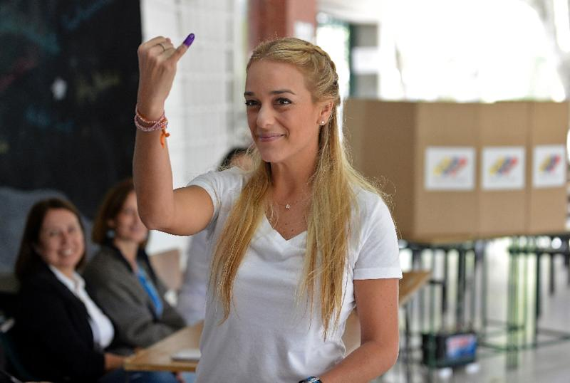 Venezuelan opposition leader Lilian Tintori shows her dyed finger after voting at a polling station in Caracas, on December 6, 2015 (AFP Photo/Federico Parra)