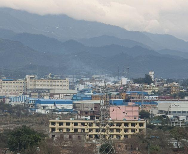 With an annual turnover of more than 60,000 crores, Baddi industrial area with over 2000 industrial units has a major concentration of migrant workers in the state of Himachal Pradesh, possibly between 1.25 to 1.5 lakh people. (Photo: HuffPost India )