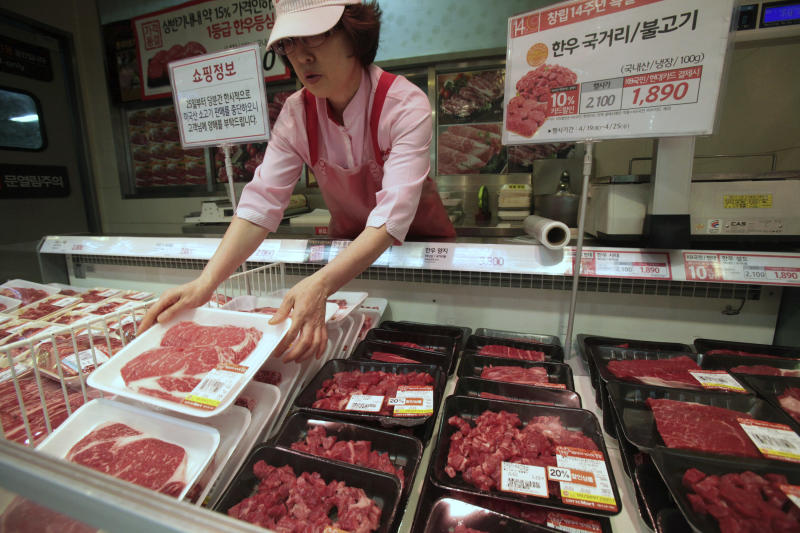 "A South Korean store employee sets out packs of domestic beef on the shelves at a Lotte Mart store in Seoul, South Korea, Wednesday, April 25, 2012. Two major South Korean retailers, including Lotte Mart, suspended sales of U.S. beef Wednesday following the discovery of mad cow disease in a U.S. dairy cow. Reaction elsewhere in Asia was muted with Japan saying there's no reason to restrict imports. The letters on a card at left top read "" Starting from the 25th, we will temporarily stop the sales of the US beef. Thank you for your understanding"". (AP Photo/Ahn Young-joon)"