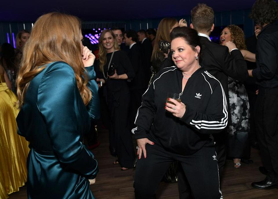 Melissa McCarthy chatting to Amy Adams in her tracksuit [Photo: Getty]