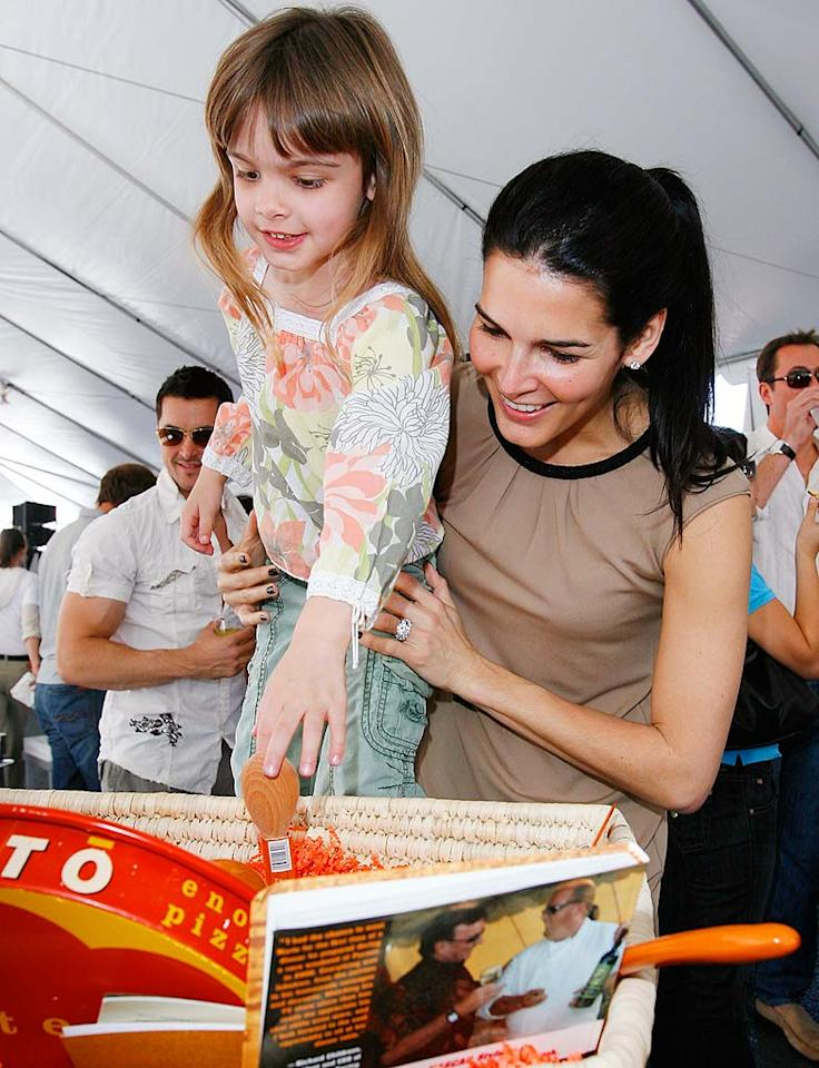 """Angie Harmon (""""Agent Cody Banks"""") and her daughter Finley Faith get in on the action. Donato Sardella/<a href=""""http://www.wireimage.com"""" target=""""new"""">WireImage.com</a> - March 9, 2008"""