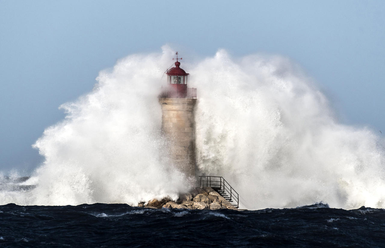 <p>A wave crashes against Puerto de Andratx lighthouse in Mallorca, Balearic Islands, Spain, March 4, 2017. (Photo: Cati Cladera/EPA) </p>