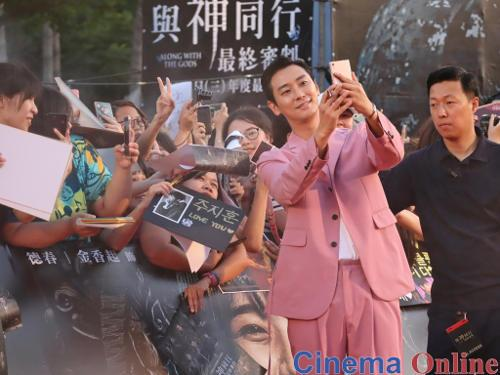 Ju Ji-hoon's fans even had placards made to better catch his attention.