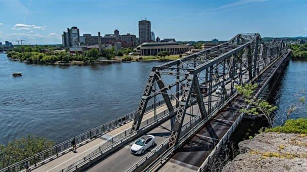 The Alexandra Bridge between Gatineau and Ottawa has operated for more than 100 years.  (Michel Aspirot/Radio-Canada - image credit)