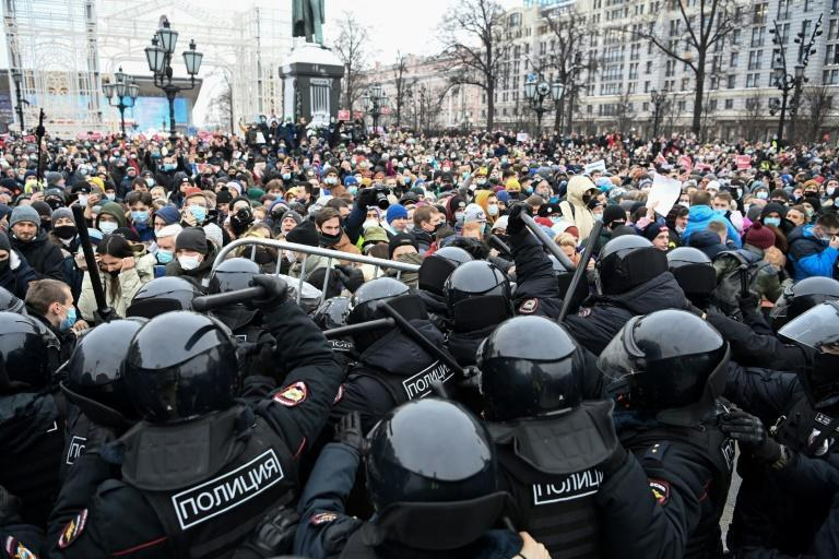 Protesters clash with riot police during a rally in support of jailed opposition leader Alexei Navalny in downtown Moscow on January 23, 2021
