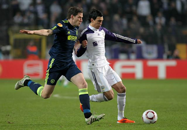 (L-R) Ajax's Belgian Jan Vertonghen vies for the ball with Anderlecht's Matias Suarez during their Europa League 1/16 finals match between on February 17, 2011, in Brussels. AFP PHOTO/BELGA/VIRGINIE LEFOUR =Belgium Out= (Photo credit should read VIRGINIE LEFOUR/AFP/Getty Images)