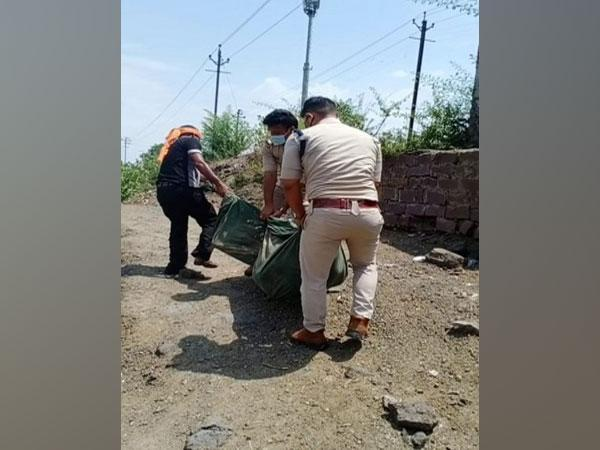 Cops carry corpse on foot after family refuse to help in Bhopal (photo/ANI)