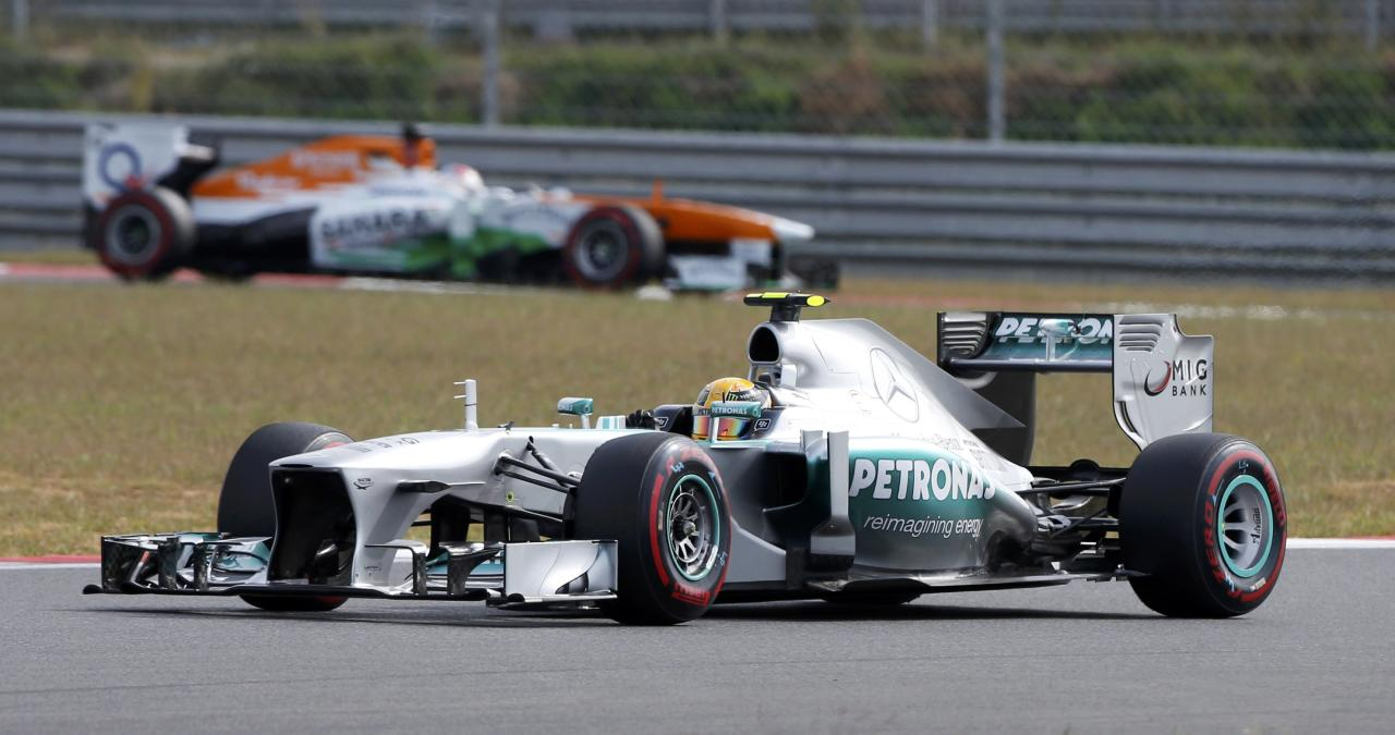 Mercedes Formula One driver Lewis Hamilton of Britain (front) drives during the qualifying session for the Korean F1 Grand Prix at the Korea International Circuit in Yeongam, October 5, 2013. REUTERS/Kim Hong-Ji (SOUTH KOREA - Tags: SPORT MOTORSPORT F1)