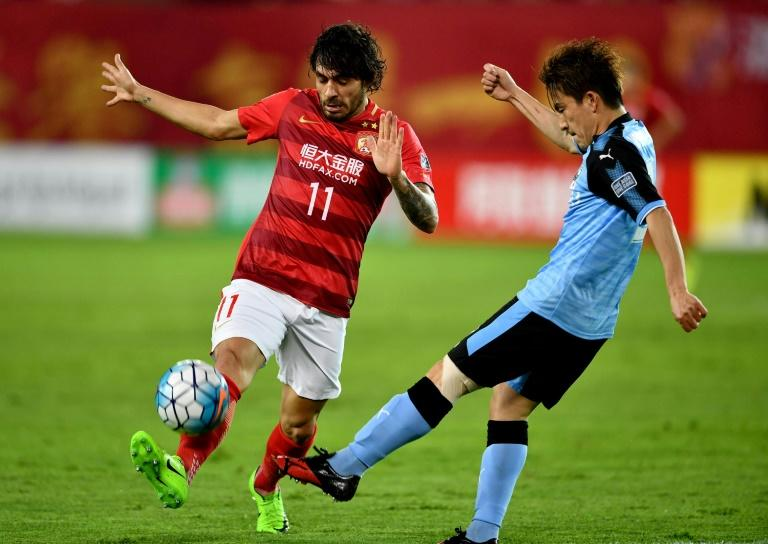 Ricardo Goulart (L) of China's Guangzhou Evergrande vies with Noborizato Kyohei of Japan's Kawasaki Frontale during their AFC Champions League group match in Guangzhou, in China's Guangdong province on March 14, 2017