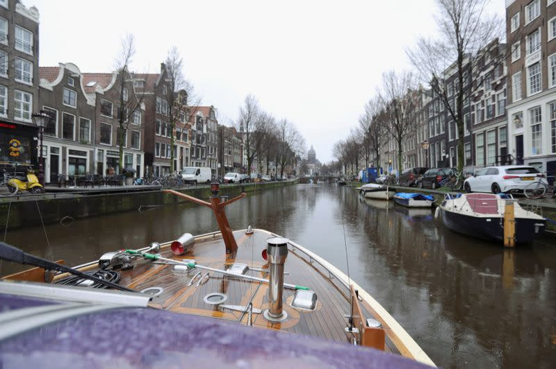 CEOs from green energy companies gather to make all canal boats climate neutral in Amsterdam