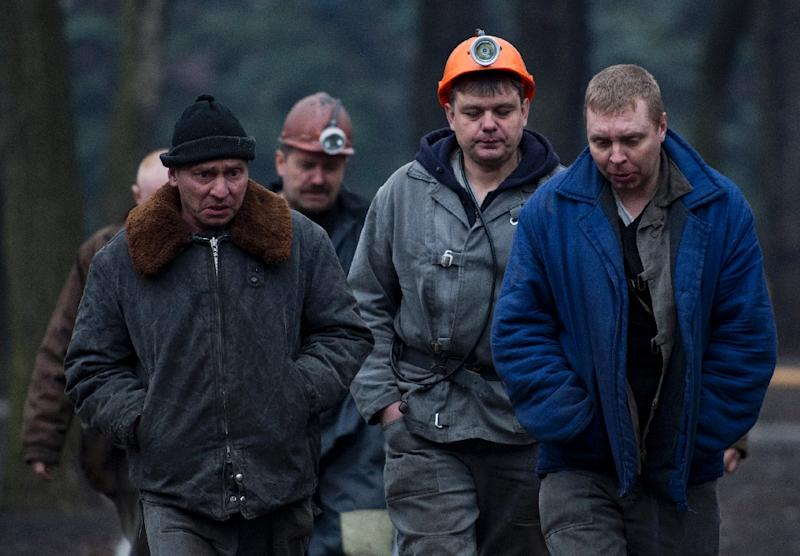 Workers involved in the rescue operation walk back to their vehicles in Donetsk on March 4, 2015 (AFP Photo/Johan MacDougall)