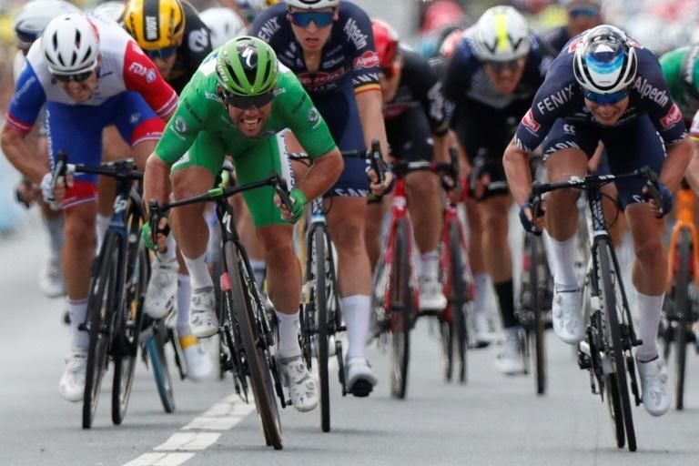Mark Cavendish (green jersey) sprints to victory in the sixth stage of this year's Tour de France