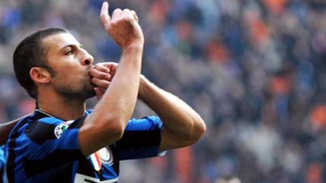 Inter Milan's Argentinian defender Walter Andrian Samuel celebrates after scoring during their Serie A football match Inter Milan vs Cagliari at San Siro Stadium in Milan on February 7, 2010. AFP PHOTO / GIUSEPPE CACACE