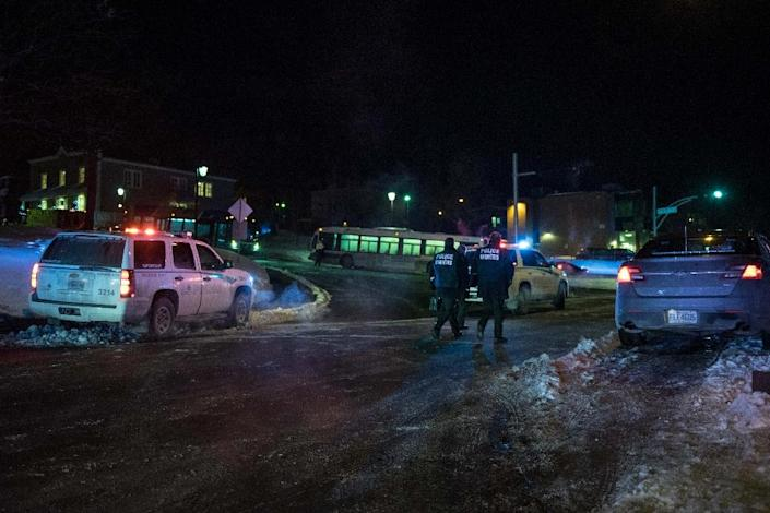 Canadian police officers respond to a shooting in a mosque at the Québec City Islamic cultural center on Sainte-Foy Street in Quebec city on January 29, 2017 (AFP Photo/Alice Chiche)