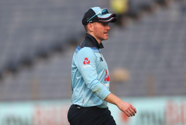 Eoin Morgan leaves the field after injuring his right hand