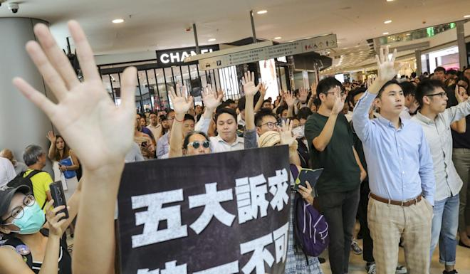 Anti-government protesters gather in IFC to chant pro-democracy slogans and songs. Photo: May Tse