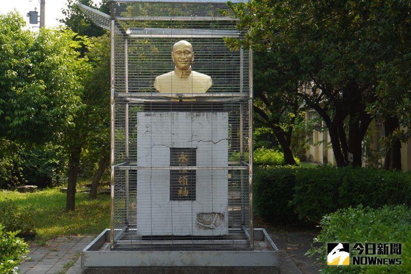 <p>A Chiang Kai-shek statue is seen in a steel cage at a local elementary school in Changhua, Taiwan. (The China Post/ NOWnews)</p>
