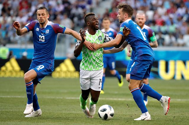 Soccer Football - World Cup - Group D - Nigeria vs Iceland - Volgograd Arena, Volgograd, Russia - June 22, 2018 Nigeria's Kelechi Iheanacho in action with Iceland's Kari Arnason and Gylfi Sigurdsson REUTERS/Jorge Silva TPX IMAGES OF THE DAY