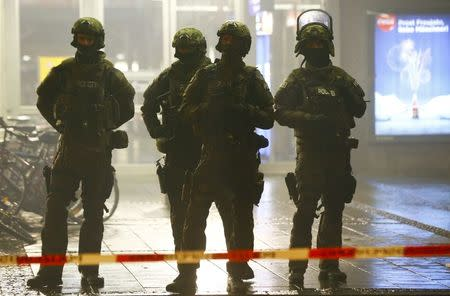 German police secure the main train station in Munich January 1, 2016. REUTERS/Michael Dalder