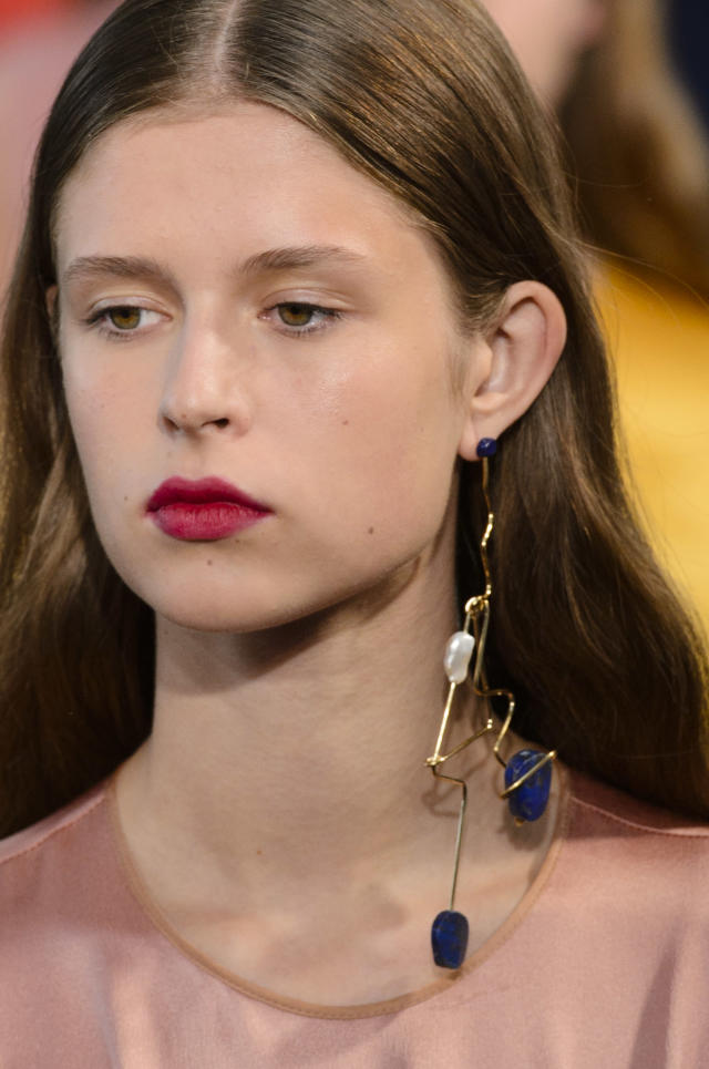 <p><i>Geometric-shaped monocle earring from the SS18 Roksanda collection. (Photo: ImaxTree) </i></p>