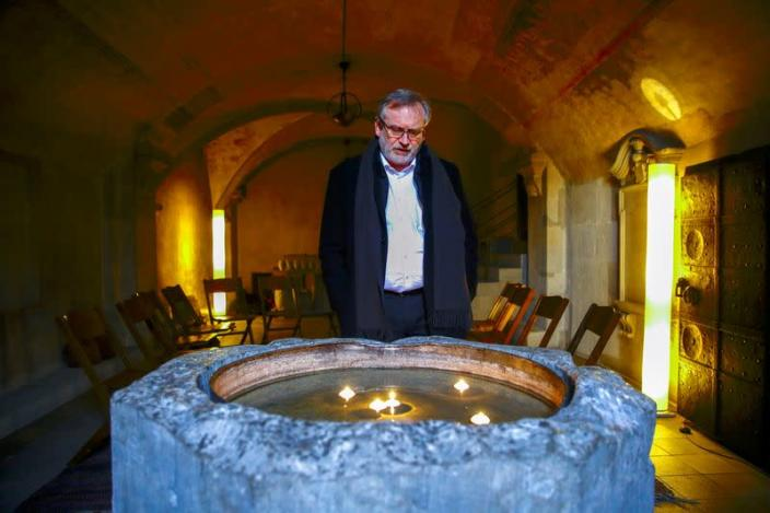 Protestant pastor Sigrist commemorates the 9000 Swiss victims of COVID-19 at Grossmuenster church in Zurich