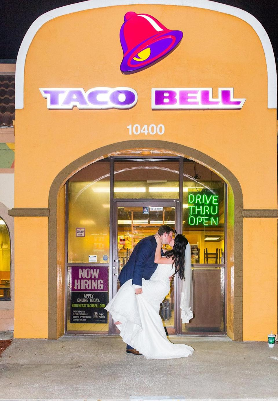 This bride and groom really love Taco Bell. (Photo: Nikki B Photography)