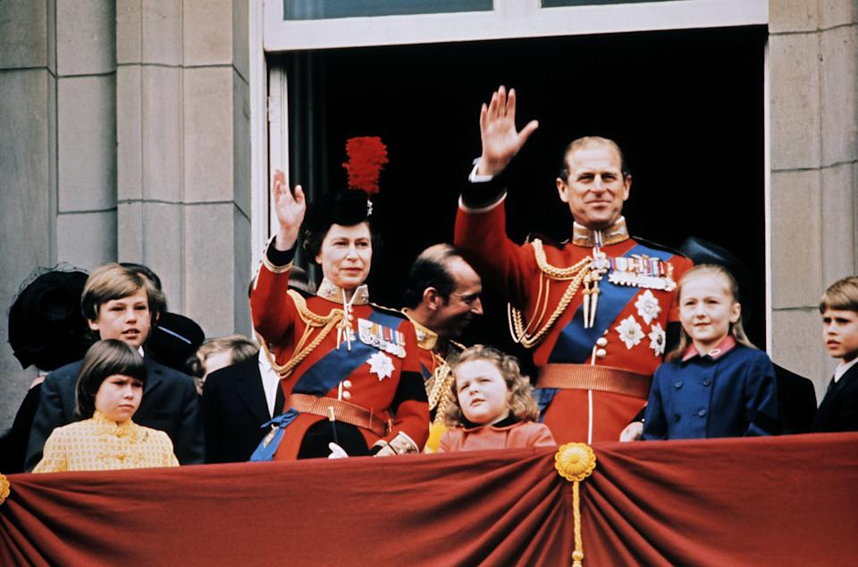Britain's Queen Elizabeth II (L), her husband Prince Philip, Duke of Edinburgh (R) and members of the Royal Family wave to the crowd on June 3, 1972 from the balcony of Buckingham Palace in London, during the Trooping the Colour ceremony. (Photo by - / AFP)        (Photo credit should read -/AFP via Getty Images)