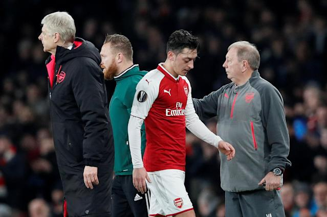 Soccer Football - Europa League Round of 16 Second Leg - Arsenal vs AC Milan - Emirates Stadium, London, Britain - March 15, 2018 Arsenal's Mesut Ozil walks past manager Arsene Wenger as he is substituted REUTERS/David Klein