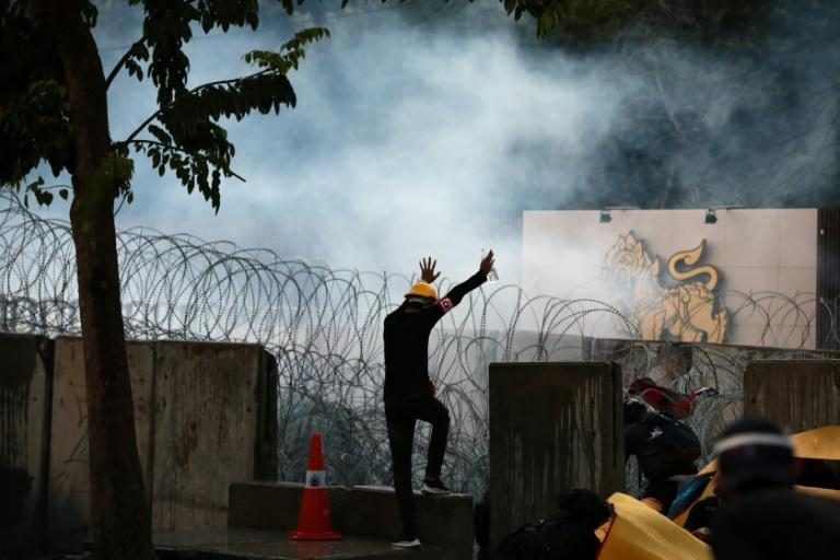 Eighteen people were injured in clashes as protesters inched closer to parliament
