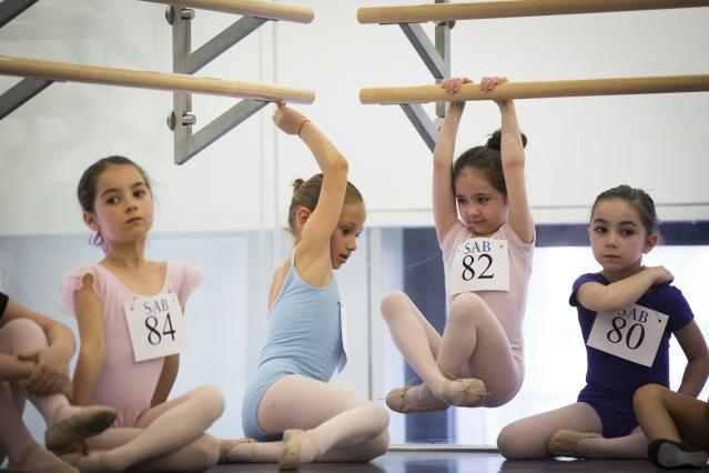 Children play on bars while waiting their turn during an audition for the School of American Ballet in New York April 25, 2014. The school is holding auditions for over 600 beginner ballet students, who will be selected to fill the 120 spots available to study the dance on campus. REUTERS/Lucas Jackson (UNITED STATES - Tags: SOCIETY EDUCATION)