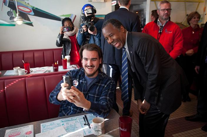 <p>Tim Conklin, 20, of Bow, N.H., records a Snapchat video with Republican presidential candidate Ben Carson during a campaign stop at the Airport Diner in Manchester, N.H., on Feb. 7, 2016. <i>(Photo: Matthew Cavanaugh/Getty Images)</i></p>