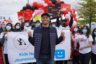 Andre De Grasse and students of Father Michael McGivney Academy. (CNW Group/Kids Help Phone)