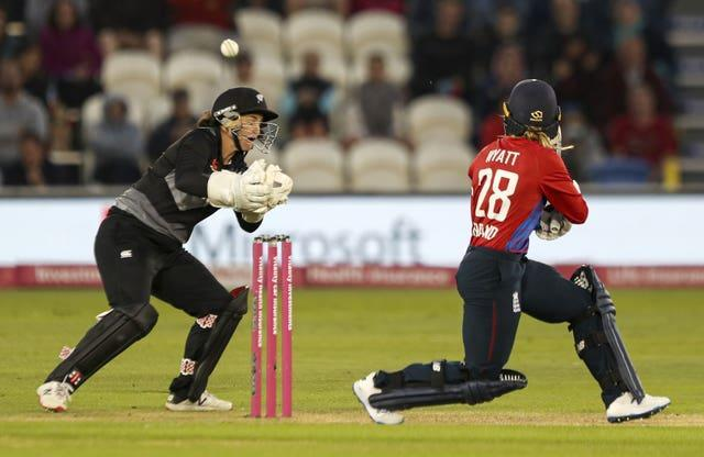 Danni Wyatt top-scored with 35 as England lost the second T20 against New Zealand