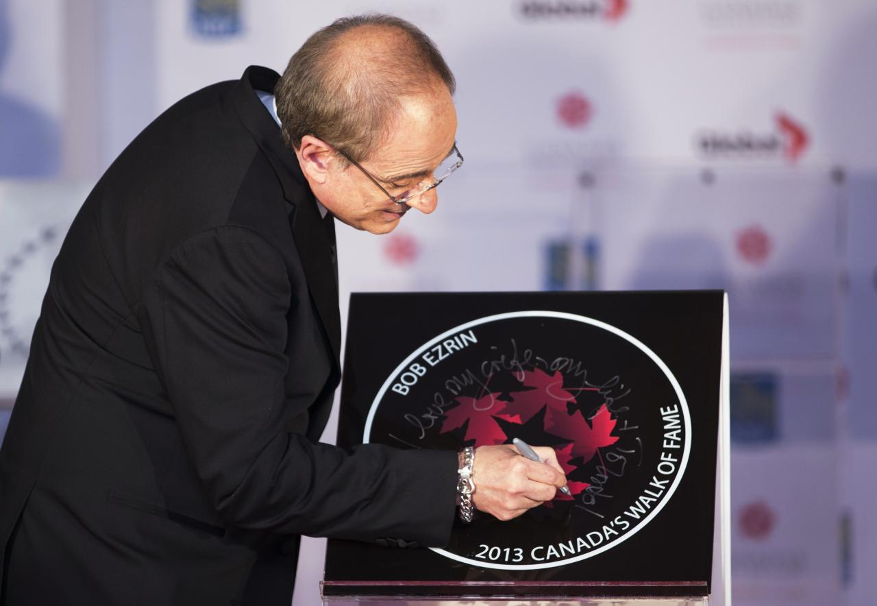"Music Producer Bob Ezrin writes ""I love my wife"" on his star during Canada's Walk of Fame induction ceremonies in Toronto, September 21, 2013. REUTERS/Mark Blinch (CANADA - Tags: ENTERTAINMENT)"
