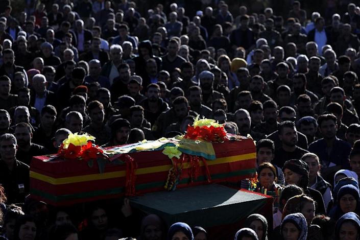 Mourners carry the coffin of a commander from the Syrian Democratic Forces, killed in battles against the Islamic State group in the town of Hajin (AFP Photo/Delil SOULEIMAN)