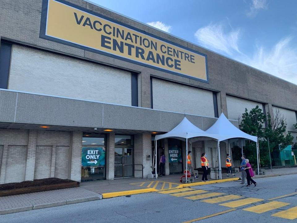 The Devonshire Mall vaccination clinic is open on the Thanksgiving holiday. (Elvis Nouemsi Njike/Radio-Canada - image credit)