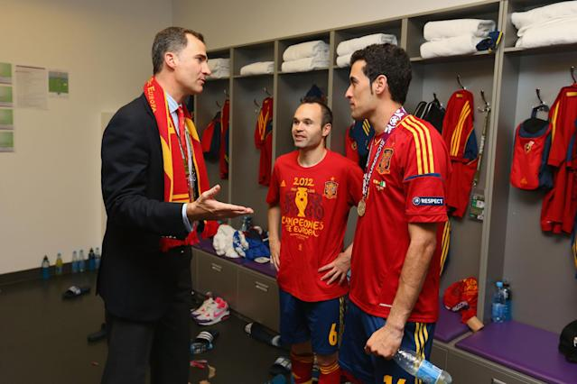KIEV, UKRAINE - JULY 01: Prince Felipe of Spain speaks to Andres Iniesta and Sergio Busquets of Spain in the dressing room following the UEFA EURO 2012 final match between Spain and Italy at the Olympic Stadium on July 1, 2012 in Kiev, Ukraine. (Photo by Handout/UEFA via Getty Images)