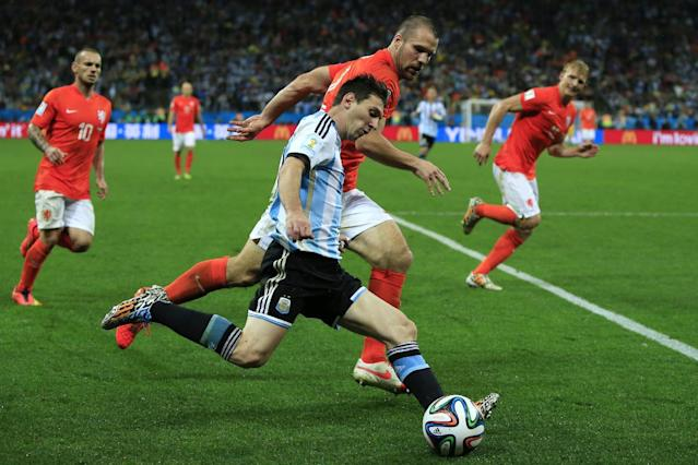 Argentina forward and captain Lionel Messi controls the ball next to Netherlands' defender Ron Vlaar during extra-time of the World Cup semi-final at The Corinthians Arena in Sao Paulo on July 9, 2014 (AFP Photo/Adrian Dennis)
