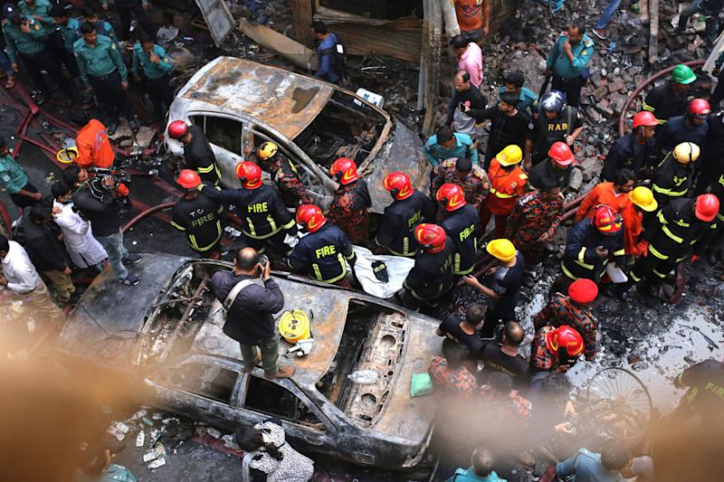 Bangladeshi firefighters carry the body of a victim of a fire in Dhaka, Bangladesh, Feb. 21, 2019. (Photo: Rehman Asad/AP)