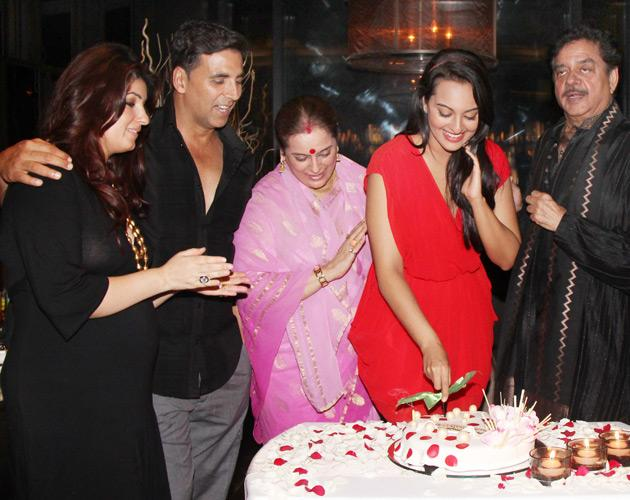 Akshay Kumar came with his pregnant wife Twinkle Khanna for Sonakshi's birthday.