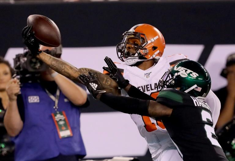 Cleveland Browns Odell Beckham  makes a spectacular catch as Nate Hairston of the New York Jets fails to break it up in the first quarter at MetLife Stadium
