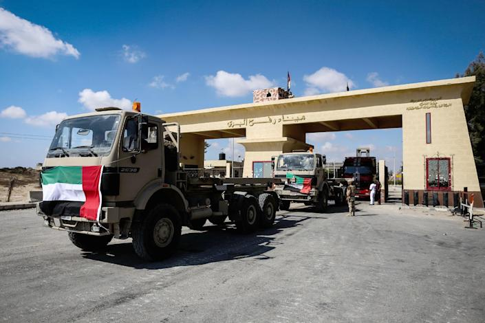 Lorries wait at the closed Rafah border with the Gaza Strip as Israeli artillery and air force pound the Palestinian Gaza Strip, on July 19, 2014 (AFP Photo/Mohamed el-Shahed)