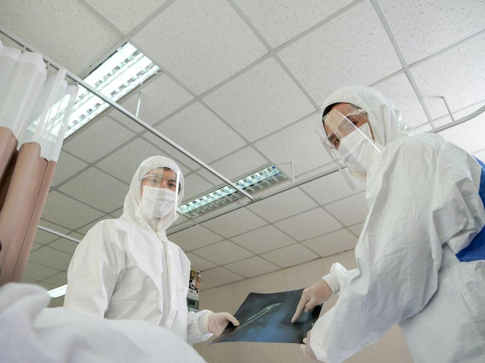 """<span class=""""attribution""""><a class=""""link rapid-noclick-resp"""" href=""""https://www.shutterstock.com/es/image-photo/medical-team-personal-protective-equipment-ppe-1910245786"""" rel=""""nofollow noopener"""" target=""""_blank"""" data-ylk=""""slk:Shutterstock / Mas aki"""">Shutterstock / Mas aki</a></span>"""