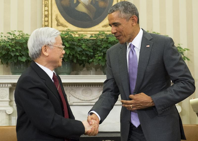 US President Barack Obama (R) and Vietnamese General Secretary Nguyen Phu Trong shake hands during a meeting in the Oval Office of the White House in Washington, DC, July 7, 2015 (AFP Photo/Saul Loeb)