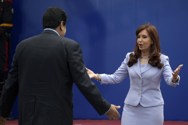 Argentinian President Cristina Kirchner (R) greets Venezuelan President Nicolas Maduro during the 47th Mercosur Summit, in Parana, Entre Rios, Argentina on December 17, 2014