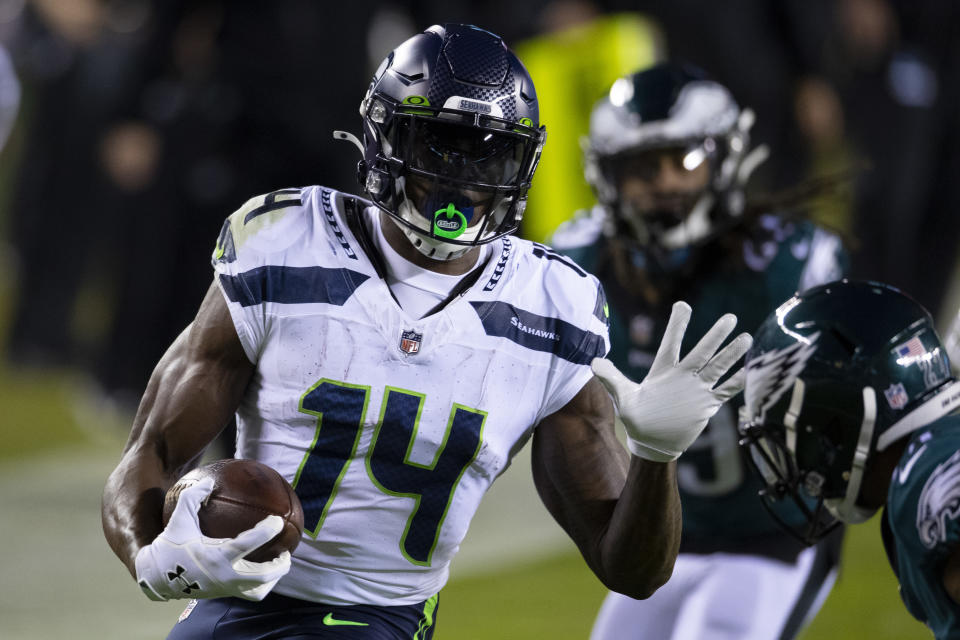 PHILADELPHIA, PA - NOVEMBER 30: DK Metcalf #14 of the Seattle Seahawks runs with the ball against the Philadelphia Eagles at Lincoln Financial Field on November 30, 2020 in Philadelphia, Pennsylvania. (Photo by Mitchell Leff/Getty Images)