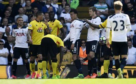 Britain Football Soccer - Tottenham Hotspur v Watford - Premier League - White Hart Lane - 8/4/17 Tottenham's Dele Alli is held back by Eric Doer after being fouled by Watford's Jose Holebas Reuters / Dylan Martinez Livepic
