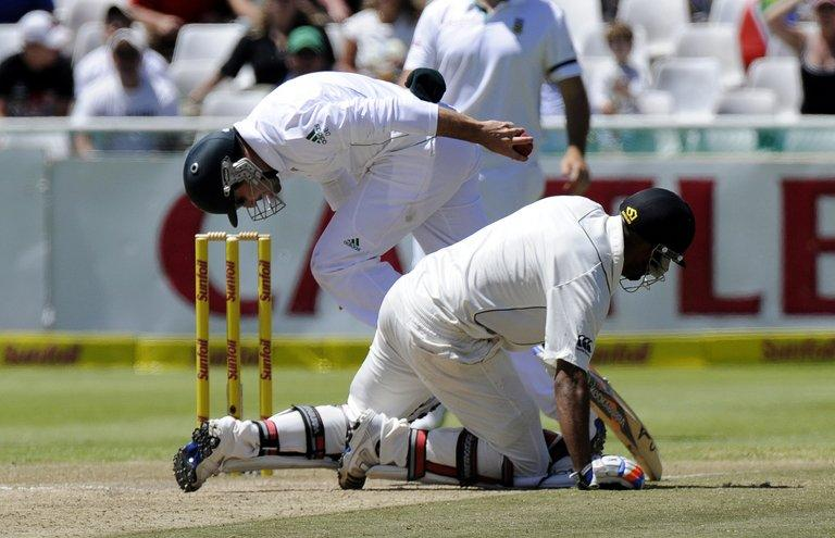 South Africa's Dean Elgar (L) tries to run out New Zealand batsman Jeetan Patel in the first Test on January 4, 2013